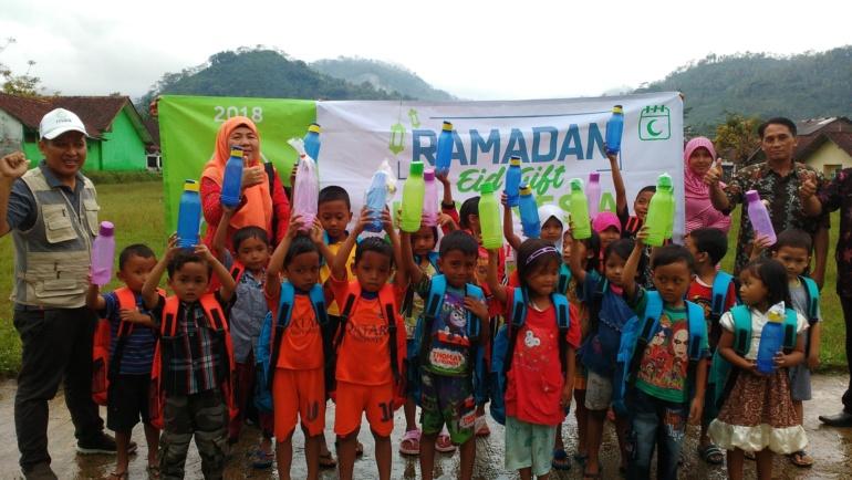 Distribusi tas sekolah dan tumbler untuk mendukung program bebas sampah plastik